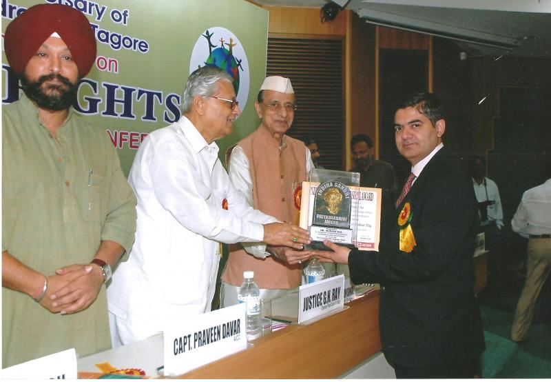 Dr Avinash Dal recieving the Indira Gandhi Priyadarshini Award